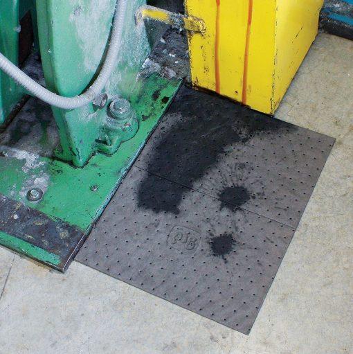 Thấm hút dầu rò rỉ tại cơ sở sản xuất