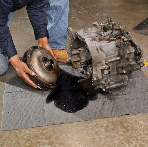 Kê lót để thấm hút dầu từ động cơ máy