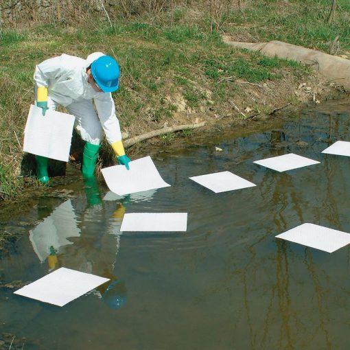 Xử lý dầu tràn trên mặt nước