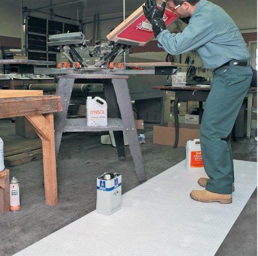 Sử dụng cuộn thấm dầu làm thảm để thấm hút dầu rơi vãi, rò rỉ máy