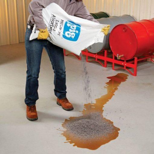 Xử lý chất lỏng tràn từ nguồn bằng bột thấm dầu NewPig